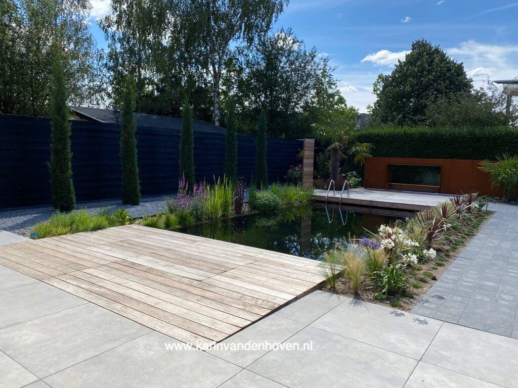 Cortenstaal is een populair materiaal voor tuinarchitecten. De kleur van roestend staal staat heel dichtbij de natuur.
